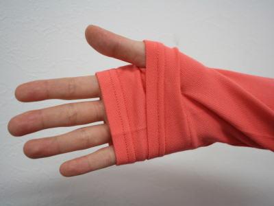 UVカットパーカーの指穴部分